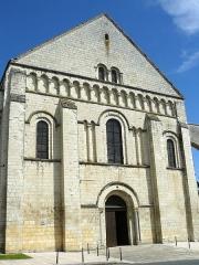 Eglise abbatiale bénédictine Saint-Pierre - Français:   Façade ouest de l\'église abbatiale St Pierre de Preuilly-sur-Claise