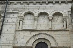 Eglise abbatiale bénédictine Saint-Pierre - Deutsch:   Ehemalige Abteikirche Saint-Pierre in Preuilly-sur-Claise im Département Indre-et-Loire (Centre-Val de Loire/Frankreich), Blendarkaden und Kragsteine