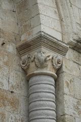 Eglise abbatiale bénédictine Saint-Pierre - Deutsch:   Ehemalige Abteikirche Saint-Pierre in Preuilly-sur-Claise im Département Indre-et-Loire (Centre-Val de Loire/Frankreich), Kapitell am Portal