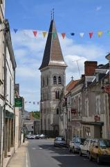Eglise abbatiale bénédictine Saint-Pierre - Français:   Tour de l\'abbatiale de Preuilly-sur-Claise vue depuis la Grande Rue.