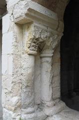 Eglise abbatiale bénédictine Saint-Pierre - Deutsch:   Ehemalige Abteikirche Saint-Pierre in Preuilly-sur-Claise im Département Indre-et-Loire (Centre-Val de Loire/Frankreich), Arkaden des Kreuzgangs, Säulen und Kapitelle
