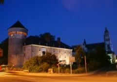 Ancien palais des Gouverneurs -  Château de Tours de nuit, dans la perspective de la cathédrale saint-Gatien elle-même illuminée
