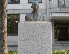 Château de Boisbonnard - 日本語: 湯川記念館前の湯川秀樹の胸像