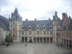 Château de Blois - Château royal de Blois (Loir-et-Cher, France): côté ouest de l'aile Louis XII vu depuis l'aile Gaston d'Orléans