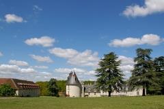 Château du Gué-Péan -  Bâti sur les bases carrées d'un camp romain, puis d'une forteresse il devint une demeure de plaisance à la Renaissance.   A l'intérieur, on visite la chapelle, le chemin de ronde, la bibliothèque et les salons, avec une magnifique cheminée signée Germain Pilon.