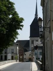 Eglise Notre-Dame, puis Saint-Etienne de Romorantin - Pont de Romorantin entre le centre-ville et le Bourgeau; au fond l'église Saint-Étienne (Romorantin-Lanthenay, Loir-et-Cher, France)