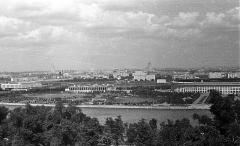 Eglise Saint-Lubin - Magyar: a Moszkva folyó és jobbra a Luzsnyiki stadion a Lomonoszov egyetem irányából nézve.