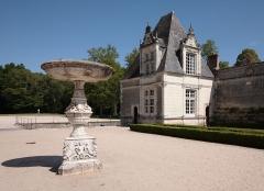 Château de Villesavin - Deutsch: Schloss Villesavin, Département Loir-et-Cher/Frankreich - Hof mit weißer Brunnenschale aus Carrara-Marmor in der Mitte und abschließendem Eckpavillon