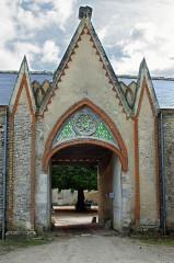 Château de Villesavin - Deutsch: Neugotisches Eingangstor eines Wirtschaftsflügels von Schloss Villesavin