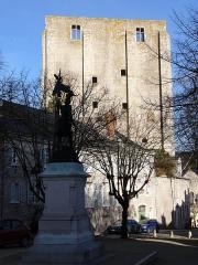 Donjon quadrangulaire, dit Tour de César -  Beaugency (Loiret, France): le donjon; au premier plan, statue de Jeanne d'Arc