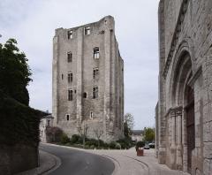 Donjon quadrangulaire, dit Tour de César - Deutsch: Beaugency, Ortschaft im Département Loiret/Frankreich - Blick von der Kirche Notre-Dame auf den mächtigen Donjon, auch