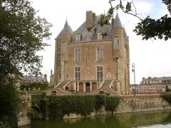 Ancien château -  Vue arrière du donjon du château de Bellegarde (Loiret)