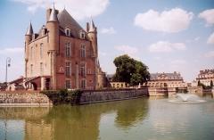 Ancien château -  France Loiret Bellegarde Château Photographie prise par GIRAUD Patrick