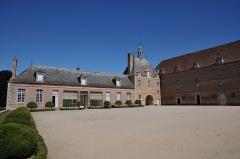 Château de la Bussière, actuellement musée de la Pêche - Deutsch: Schloss La Bussière, Nord- und Ostflügel der Vorburg