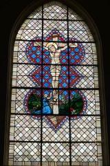 Eglise Sainte-Marguerite - Deutsch: Bleiglasfenster in der Kirche Sainte-Marguerite in Cerdon (Frankreich, Darstellung: Kreuzigung