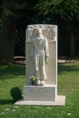 Château - English: Châteauneuf-sur-Loire, war memorial of Jean Joudiou 1921-1945