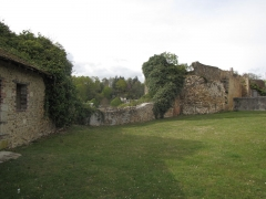 Ruines de l'ancien château - English: Looking north from the panorama place of the château-haut, Anquetil tower is here on the left – the west side of the castle. These remnants of fortifications include here two towers and their curtain wall with part of the chemin de ronde and some crenels. The red gate that leads downtown is after the second round tower, and is flanked on its other side by a square tower with larger quarters than those in the round towers.