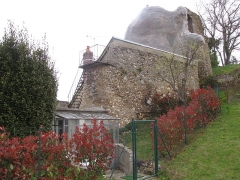 Ruines de l'ancien château - English: House built half-way within the old fortification walls on the north side of the château-haut in Château-Renard, Loiret.