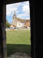 Ruines de l'ancien château - English: View of the Saint-Étienne church from inside the Anquetil tower located on the panorama place of the château-haut, in Château-Renard.