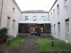 Hospice - English: Châtillon-Coligny, Loiret, Centre region, France. Faubourg du Puyrault road, the musée de l'Hôtel-Dieu. First inner courtyard after the 12th century roman porch.