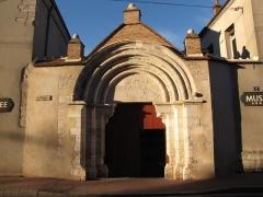 Hospice - English: Châtillon-Coligny, Loiret, Centre region, France. Faubourg du Puyrault road: porch of the present day local museum, 12th century, pure roman style.