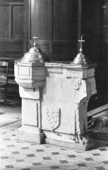 Eglise Saint-Etienne -  Les fonts baptismaux, début du XVIIe siècle, massif rectangulaire portant deux cuves surmontée de couvercles en cuivre. Les armoiries de Jargeau sont gravées en relief sur l\'un des socles. Classés monument historique au titre d\'objet.