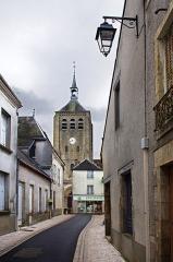 Eglise Saint-Etienne - Eglise Saint-Etienne de Jargeau.  Façade ouest du clocher vu depuis la rue de l\'Eglise.    Saint-Etienne Church Jargeau.   West facade of the tower seen from Church Street.