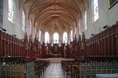 Eglise Saint-Etienne - Eglise Saint-Etienne de Jargeau.  Le chœur actuel accueille un ensemble de 64 stalles en chêne. Elles proviennent de l\'abbaye de la Cour-Dieu (près de Fay-aux-Loges). Elles dateraient du 15ème siècle.  Saint-Etienne Church Jargeau.   The current choir hosts a set of 64 oak stalls. They come from the Abbey of the Cour-Dieu (near Fay-aux-Loges). They date from the 15th century.