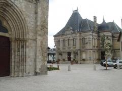 Eglise Saint-Etienne -  Mairie, place du Grand-Cloitre, Jargeau (Loiret), 2007