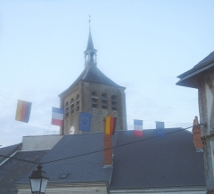 Eglise Saint-Etienne -  L'église Saint-Étienne de Jargeau depuis la Grande-Rue piétonne.