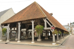 Halle - English: 12th century market hall in Lorris, natural region of Gâtinais, Loiret, Centre region, France.