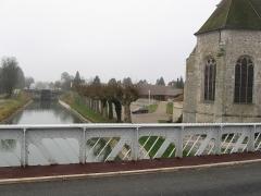 Eglise Notre-Dame et Saint-Blaise - Français:   Église de Montbouy avec le canal de Briare.