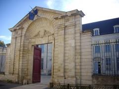 Ancien évêché, puis bibliothèque municipale, actuellement annexe de la médiathèque - Hôtel Dupanloup, ancien palais épiscopal, à Orléans (Loiret, France), portail