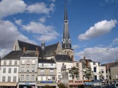 Eglise Saint-Salomon et Saint-Grégoire - La place du Martroi à Pithiviers (Loiret, France) et l'église Saint-Salomon-et-Saint-Grégoire.