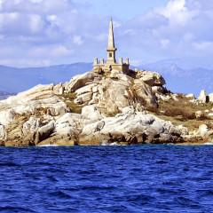 Cimetières militaires et stèle commémorative -  Iles Lavezzi, Corse, France