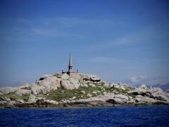 Cimetières militaires et stèle commémorative - English: Sur les îles Lavezzi, pyramide de granit en souvenir du naufrage de la