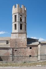 Eglise Saint-Dominique - Deutsch: Der Turm der Kirche Saint Dominique in Bonifacio hat eine quadratische Basis und drei achteckige Geschosse. Das oberste Geschoss ist von einem Kranz aus Schwalbenschwanzzinnen bekrönt. An der Kirche sind sowohl romanische als auch gotische Elemente zu finden.