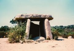 Dolmen de Fontanaccia - English: Megalithic monument called Dolmen of Fontanaccia (Stazzona di a Funtanaccia) in Corsica (Corse-du-Sud), 1998