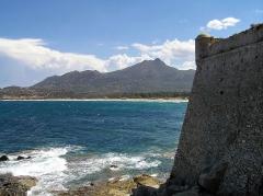 Château-fort - Français:   Ajgajola - La citadelle sur fond de plage d\'Aregno