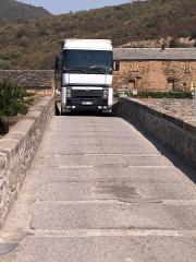 Pont génois sur le Tavignano -  Altiani (Corsica) - Poids lourd sur le pont génois de la RN 200
