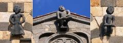 Eglise de la Sainte-Trinité - Français:   Aregno - Sculptures sur façade avant de l\'église de la Trinité