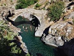 Pont génois -  Asco (Corsica) - Baignade dans la piscine naturelle sous le vieux pont génois
