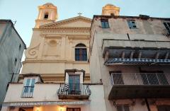 Eglise Saint-Jean-Baptiste -  Обратите внимание на то, какими зданиями окружен один из главных соборов города. Это самый центр, старый порт. Экстровагантно и никаких большевистских происков.