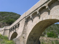 Pont de Ponte-Nuovo sur le Golo - English: It's the famous bridge of Ponte Novu, in 2008. Arches of the parapet. The parapet relies on the smaller elliptic sloped arches built in limestone.