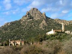 Chapelle de la Nativité, dite chapelle Notre-Dame de Lazio -  Corbara, Balagne (Corse) - Monte Sant\'Angelo (562 m) vu du verant méridional. À l\'arrière du sommet, sont les vestiges du castrum Sant\' Angelo. À l\'avant, le sanctuaire Notre-Dame de Lazio et le couvent de Corbara.