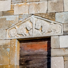 Chapelle de San-Perteo - English: Carved lintel (two lions and a tree) over the southern entrance of the 12th-c. San Parteo Church in Lucciana (Corsica) near the antique town of Mariana.