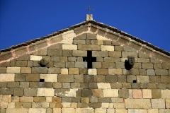 Chapelle Saint-Rainier -  Montegrosso, Balagne (Haute-Corse) - Saint-Rainier (San Raineru), église de style roman pisan corse, se situe à Lunghignano. Elle a été construite en granit rose polychrome au XIe siècle. Sur sa façade occidentale, sous la pointe du toit, elle est ornée de deux têtes humaines qui encadrent une ouverture en forme de croix grecque.