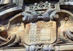 Domaine de Beaumesnil (également sur commune de Gouttières) - Deutsch:   Wappen über dem Portal von Schloss Beaumesnil, Département Eure, Frankreich.