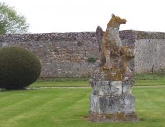 Domaine de Beaumesnil (également sur commune de Gouttières) - Deutsch:   Greifenstatue im Garten von Schloss Beaumesnil, Département Eure, Frankreich.