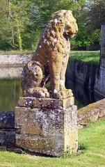 Domaine de Beaumesnil (également sur commune de Gouttières) - Deutsch:   Löwenstatue an der Brücke zum Schloss Beaumesnil, Département Eure, Frankreich